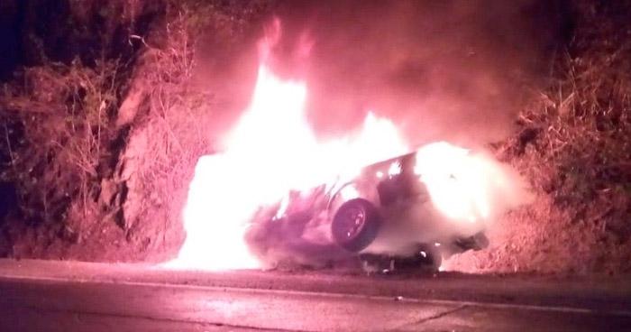 Vehículo se incendia tras chocar contra un paredón en carretera a Metapán