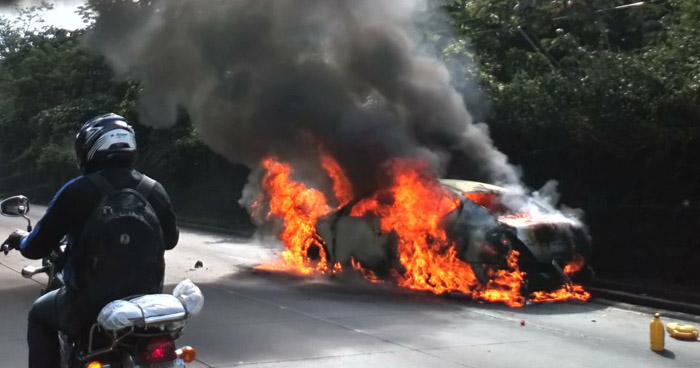Bomberos cierran tramo de la carretera Los Chorros para apagar fuego de un vehículo