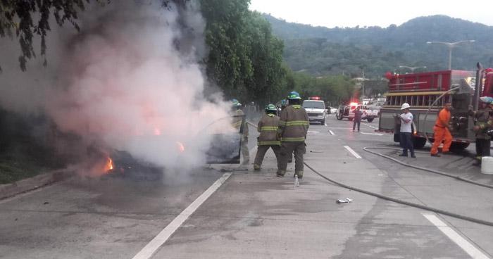 Vehículo se incendio en el bulevar Monseñor Romero esta madrugada