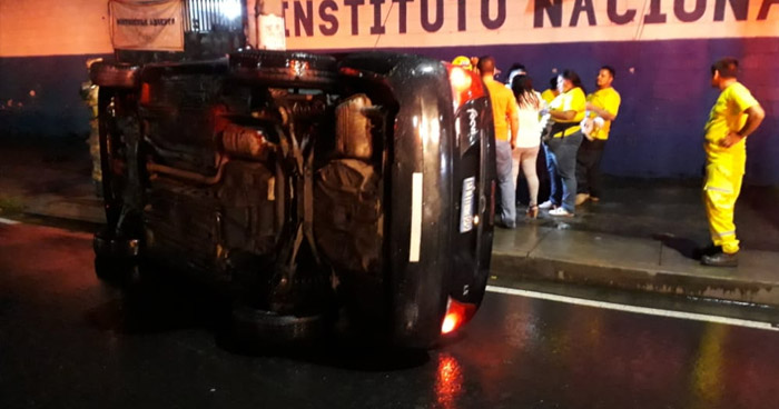 Conductor ebrio vuelca su vehículo en Alameda Juan Pablo II