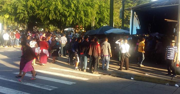 Vendedores informales cierran portón principal y bloquean acceso al Mercado de Santa Tecla