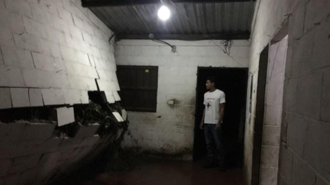 Una persona lesionada luego de colapsar el muro de una vivienda en Ilobasco