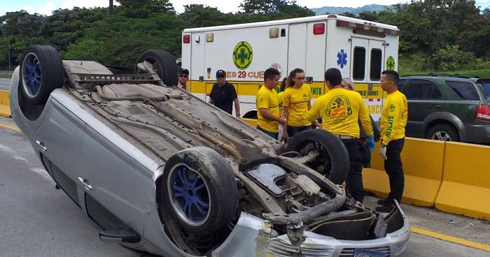 Un lesionado tras vuelco de vehículo en Bulevar Monseñor Romero