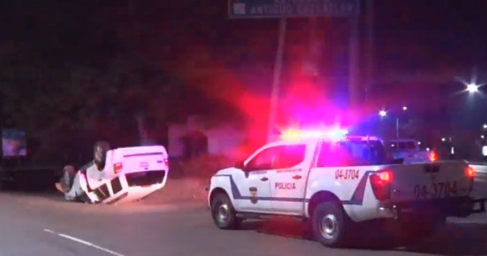 Conductor aparentemente ebrio lesionado tras volcar su vehículo en Antiguo Cuscatlán