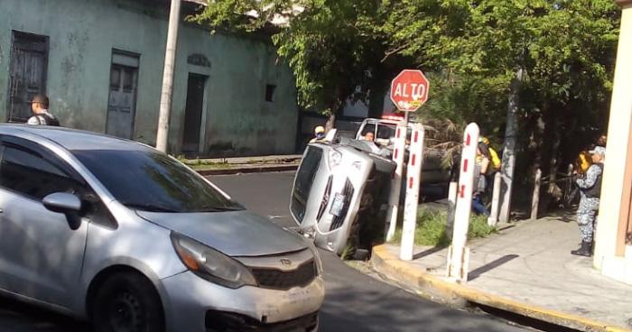 Conductora no respeta señal de alto y termina volcando en San Salvador