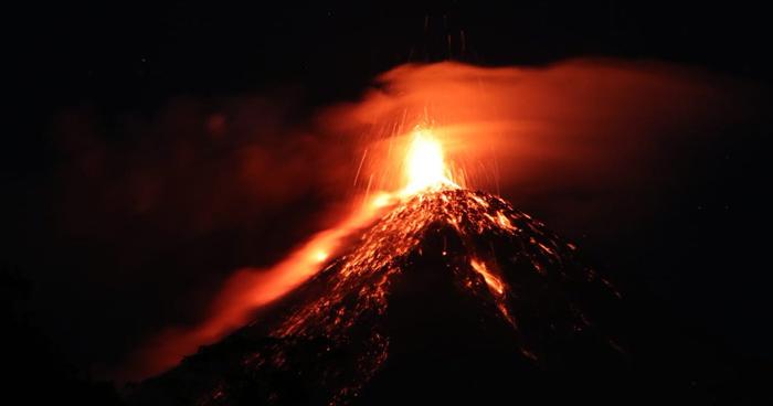 Volcán de Fuego mantiene en alerta roja a Guatemala tras nueva erupción