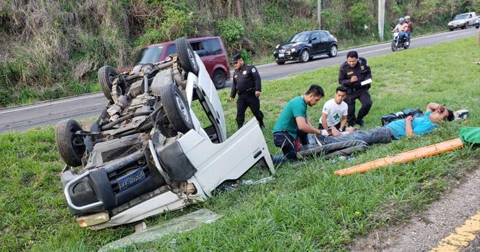 Dos lesionados tras vuelco de vehículo en carretera Panamericana