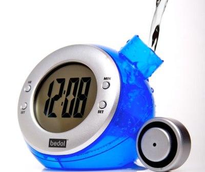 Reloj ecológico se carga con agua salada