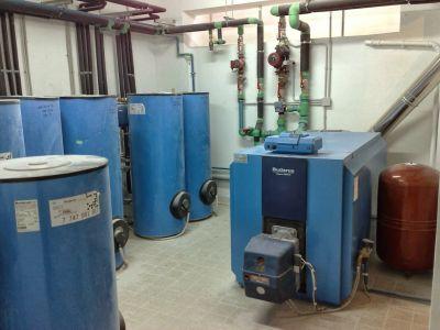Εγκατάσταση λεβητοστασίου με λέβητα και μπόιλερ λεβητοστασίου Buderus