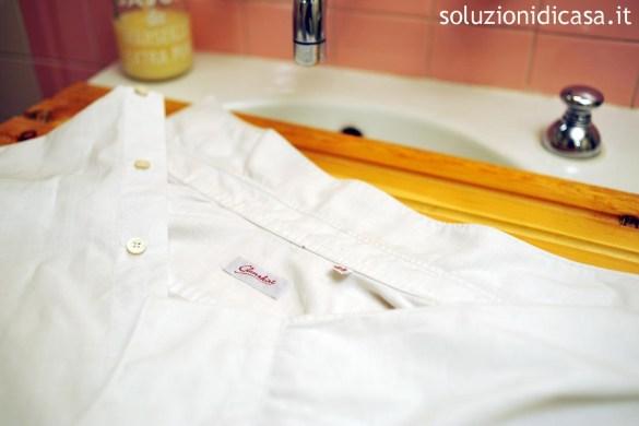 Come eliminare gli aloni su una camicia bianca