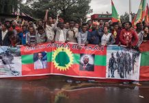 People gather to celebrate the return of the formerly banned anti-government group the Oromo Liberation Front (OLF) at Mesquel Square in the Ethiopian capital Addis Ababa, Ethiopia, on September 15, 2018. - Tens of thousands of people gathered in Addis Ababa to welcome the OLF, the latest once-banned rebel group to return following a string of Ethiopian political reforms. Last month, the OLF reached a deal on returning home following an accord with representatives of the government. (Photo by Yonas TADESSE / AFP)