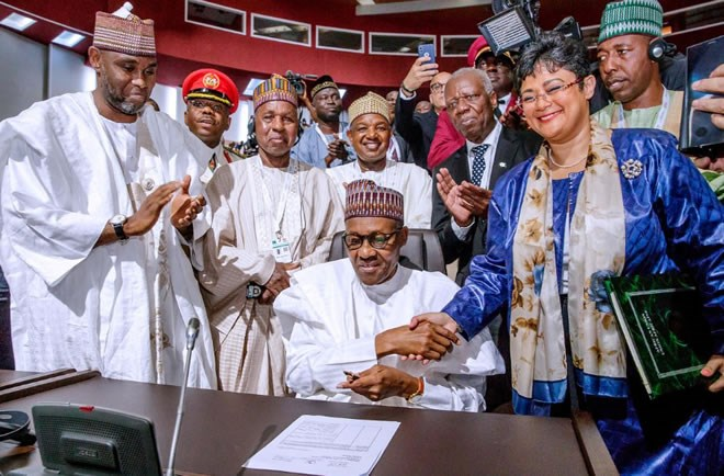 Nigerian President Muhammadu Buhari signs an agreement ahead of the lauching of the African Continental Free Trade Area (AfCFTA), during African Union summit in Niamey, Niger July 7, 2019. Nigeria Presidency/Handout via Reuters