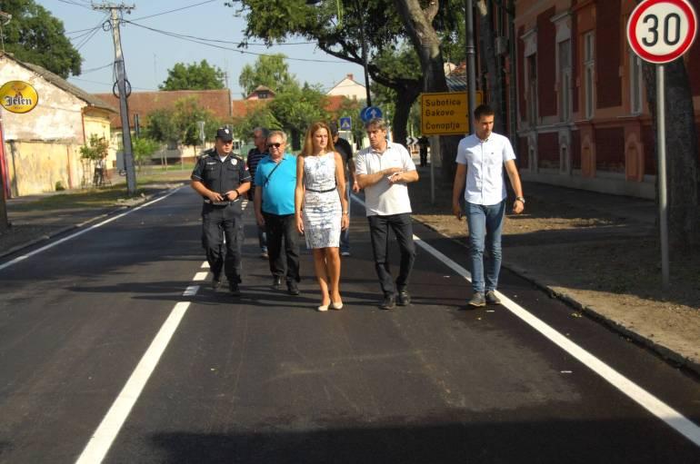 Градоначелница Душанка Голубовић са сарадницима,  обилази асфалтирану трасу коловоза у улици 21. октобра