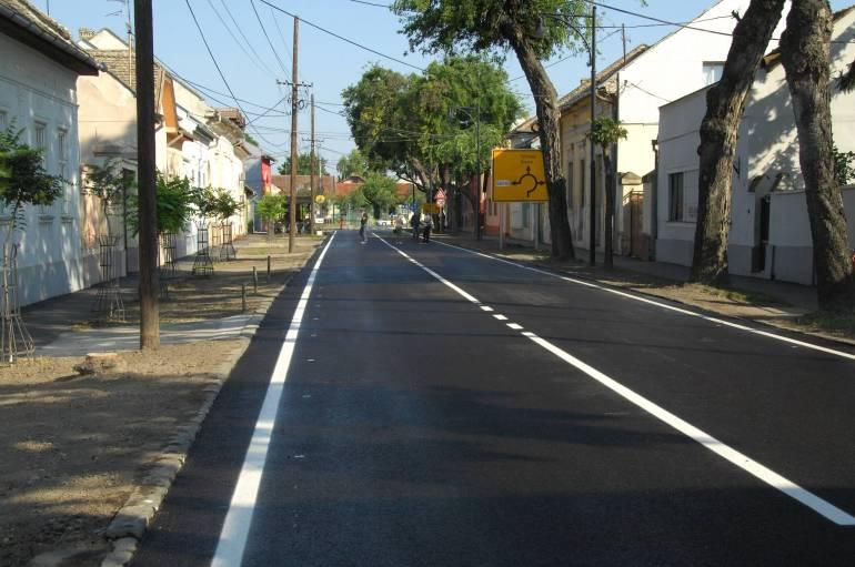 У улици 21. октобра, осим асфалтирања коловоза, обновљена је атмосфеска канализација са упојним каналима, урађене банкине, асфалтирано 70 одсто тротоара