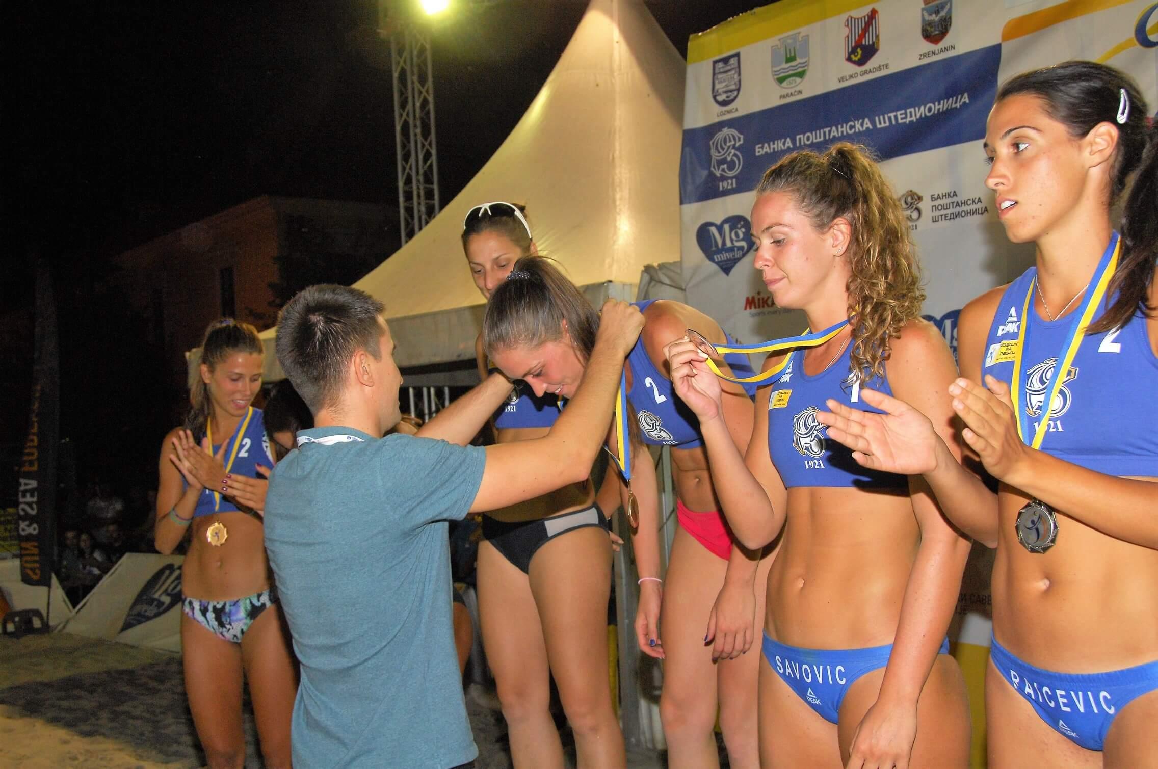 Заменик градоначелнице Антонио Ратковић, додељује медаље најбољим одбојкашицама