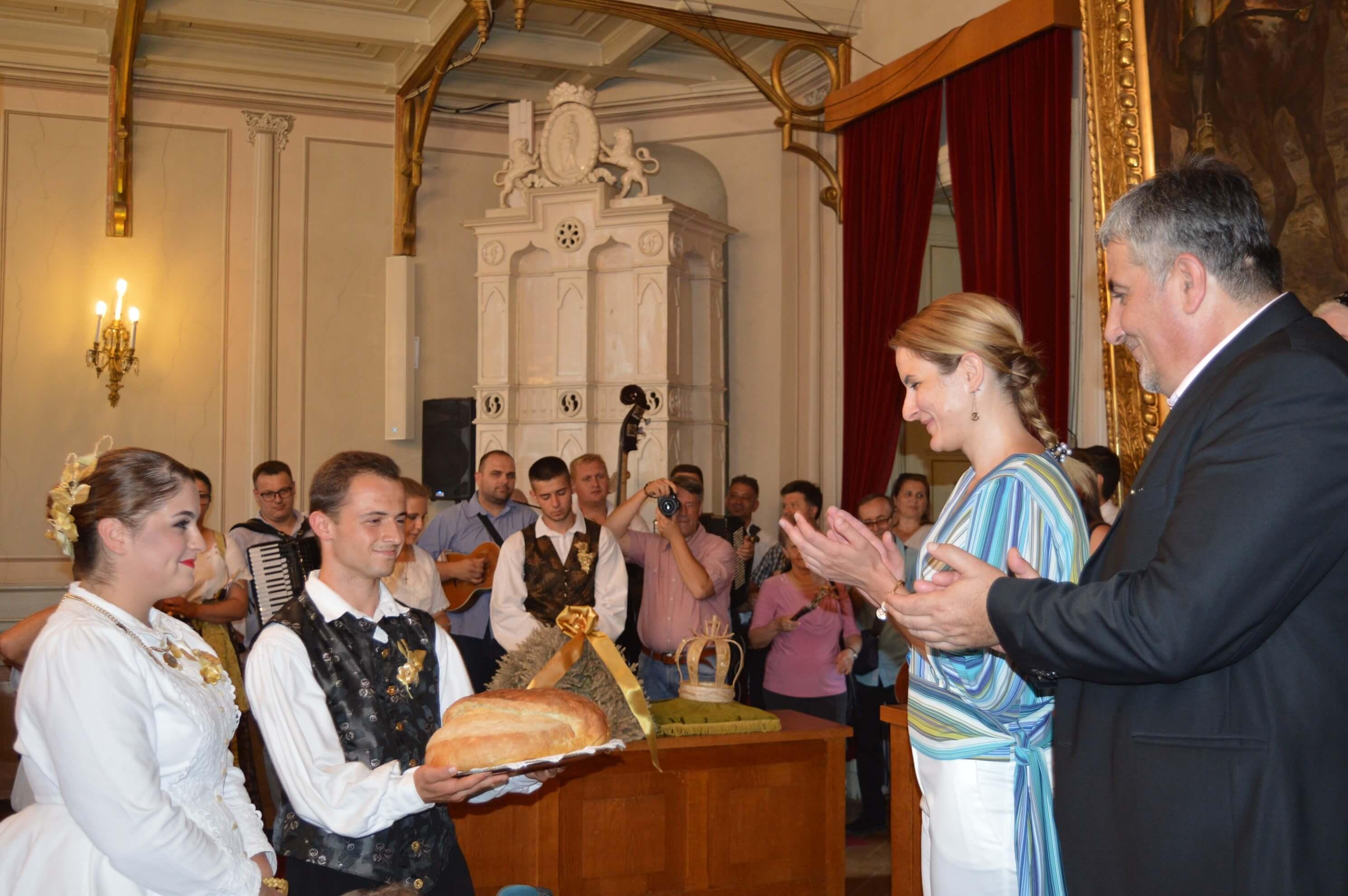 Предаја хлеба од новог жита градоначелници Душанки Голубовић