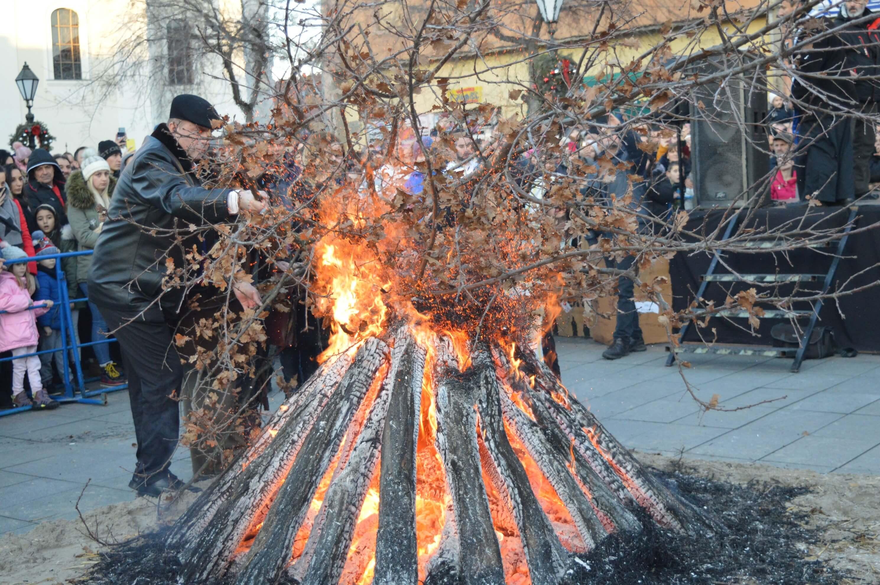 Бадњи дан у Сомбору традиционално је обележен паљењем бадњака