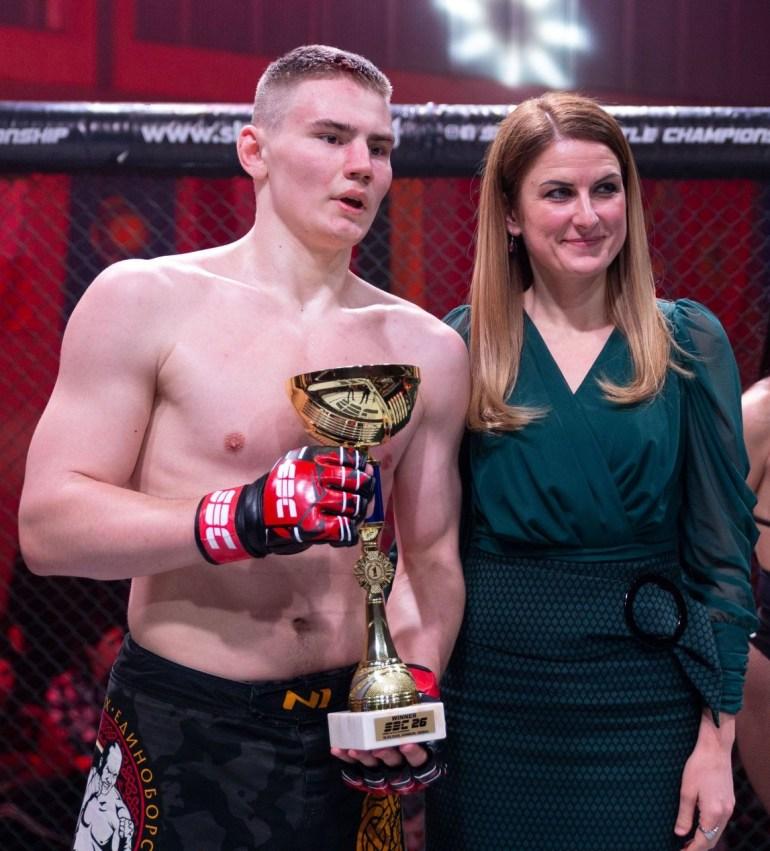 Gradonačelnica Sombora Dušanka Golubović dodelila je pehar pobedniku glavne borbe večeri Vladimiru Vasiljevu