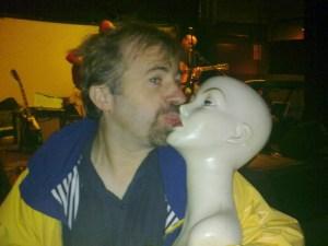 embrasser un mannequin sur la bouche