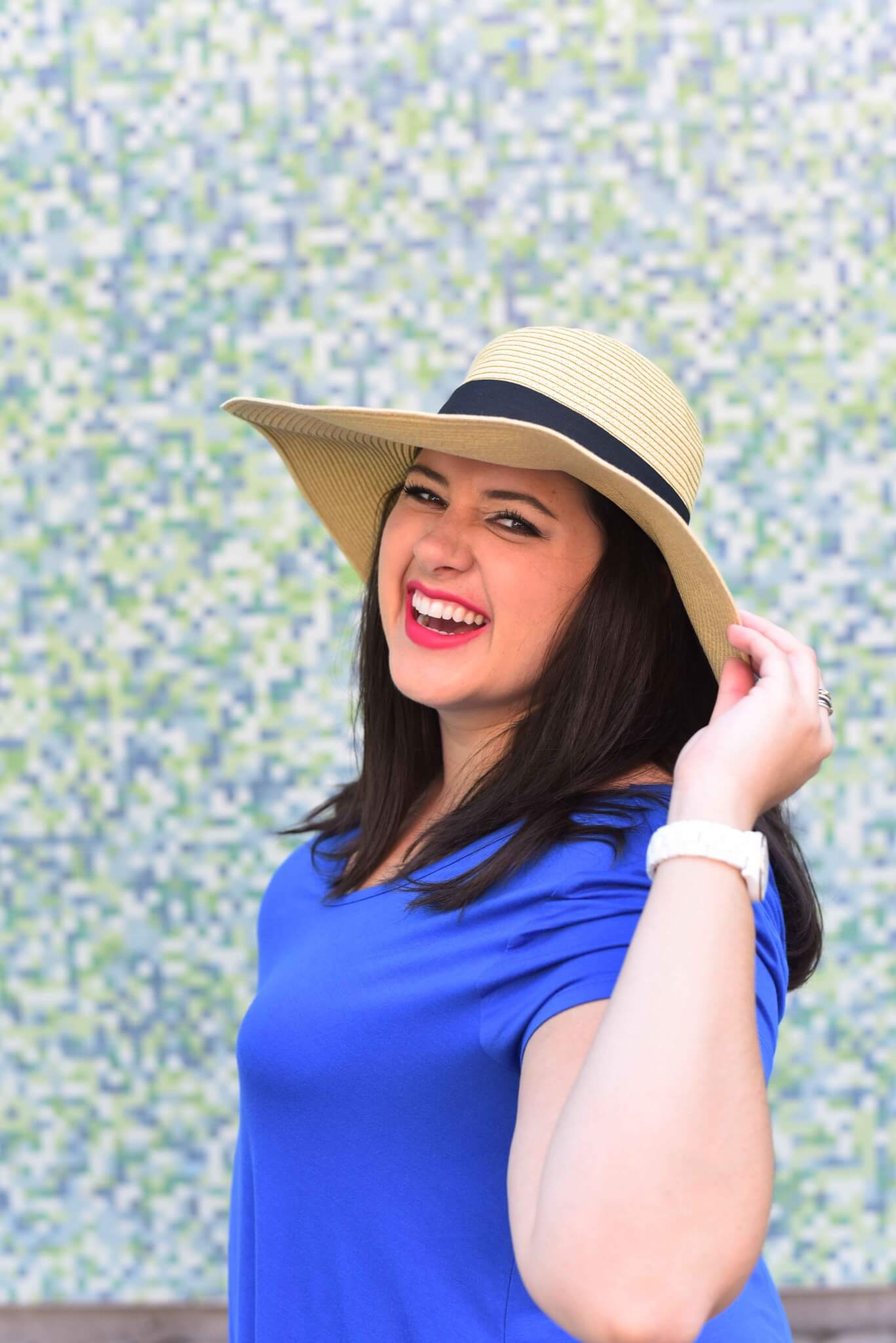 What to wear on a summer weekend day for being a tourist in your own city. A chic summer dress, an adorable printed pair of sneakers and a hat create an eyecatching look. #plussize #plussizeblogger #summerstyle #summerdress