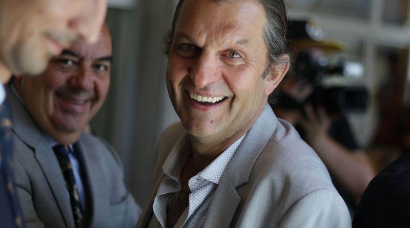 La voltereta de Aníbal Mosa: Suspende la venta de sus acciones