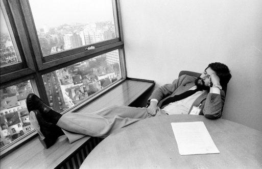 Manuel Marín echa una cabezada durante las negociaciones de 1985. Foto de Alfredo Gracía Francés.