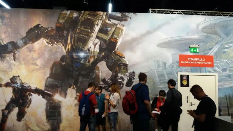 EA tiene tres de los juegos más esperados del año, pero Titanfall 2 capta las miradas hasta en la zona de prensa.