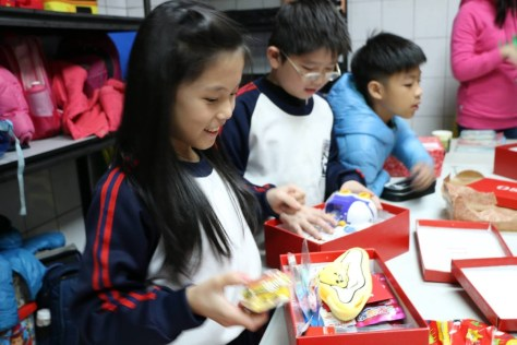 遠雄公益捐贈活動-小朋友們開心的打開聖誕鞋盒禮物