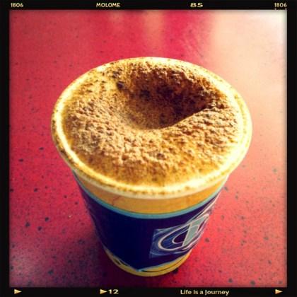 En kaffe i väntan på intervju.
