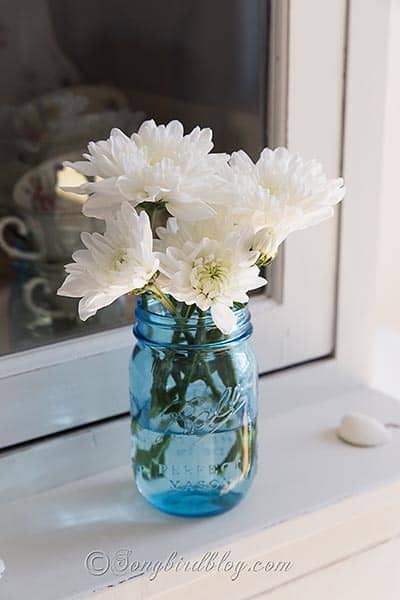 Decorating ideas with blue mason jars and flowers