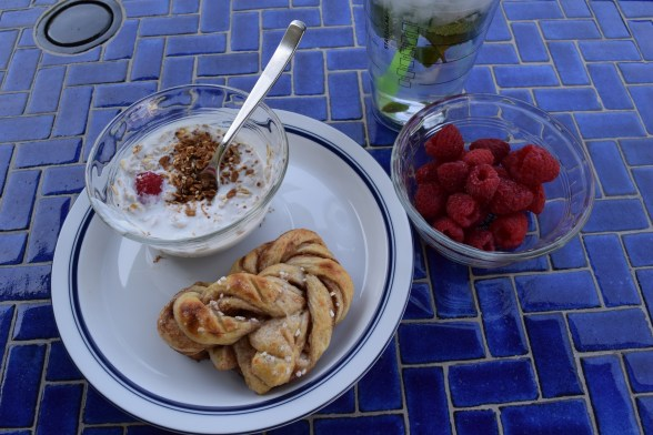 Here's my complete breakfast on the deck. I'm also making kanelbullar.