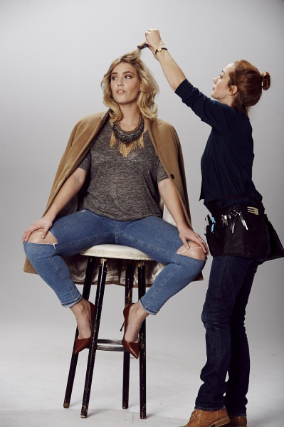 Hair & Make-Up Artist Sonja Engelhard beim Styling von einem blonden Model am Set