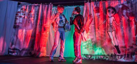 Eine alptraumhafte Begegnung: Hülya (Kerstin Pollig) und Sandro (Philipp Wiegand) auf dem Schulhof.