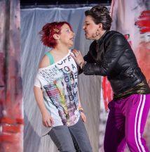 Gewalt auf dem Schulhof: Hülya (Kerstin Pollig) bedroht Mia (Sonni Maier).