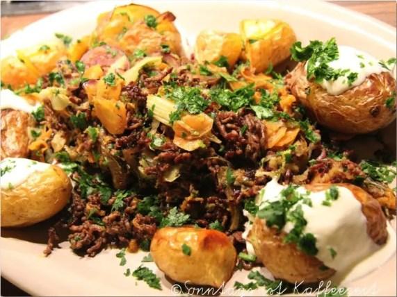 Superschnelle Hackfleischpfanne,Ofenkartoffeln, ein Traum von Salat, Weisse Bohnen mit Speck