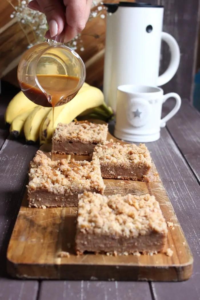 Bananen-Walnuss-Streuselkuchen mit Karamellsoße