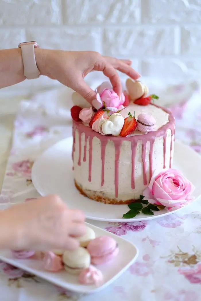 Erdbeer-Zitronen-Drip Cake mit Macarons