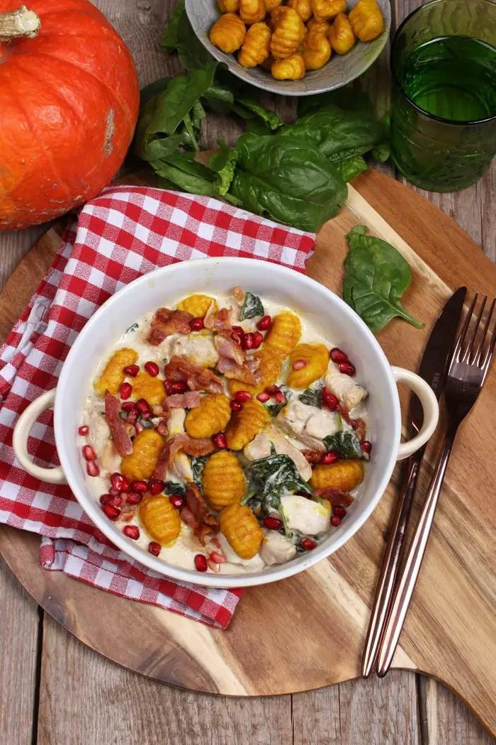 Kürbis-Gnocchi mit Hähnchen, Spinat und Grantapfelkerne