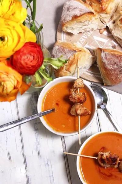 Kürbis-Tomaten-Suppe, Hähnchenspießen & Pane di Como