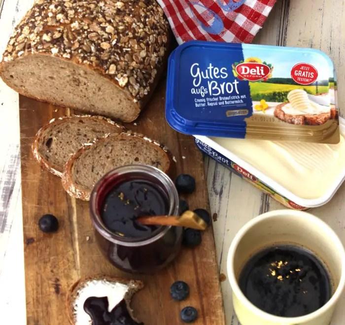Heidelbeer-Schokoladen-Aufstrich & selbst gebackenes Superfood-Brot