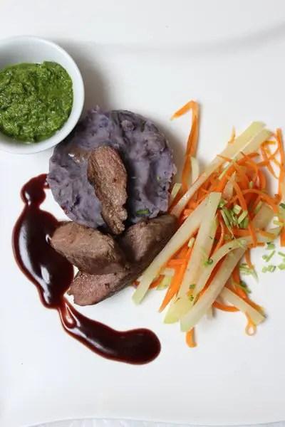 Lammlendenfilet auf lila Kartoffelstampf, Gemüsestreifen & Granatapfelsoße zu Ostern