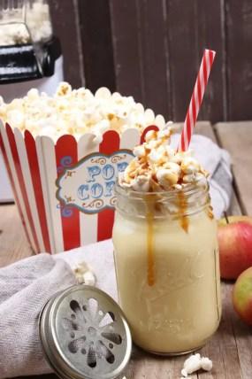 Popcorn-Apfel-Shake mit Vanilleeis und Karamellsoße