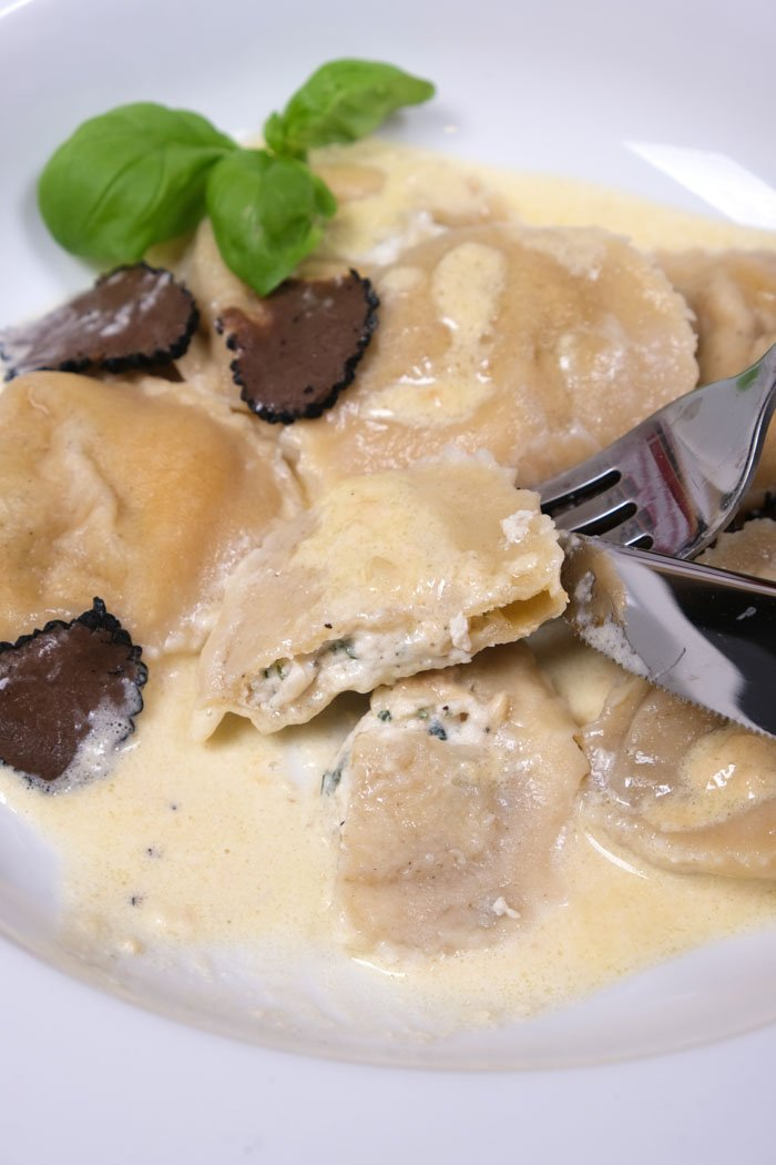 Ravioli mit Ricotta-Parmesan-Kräuterfüllung mit Trüffelsauce