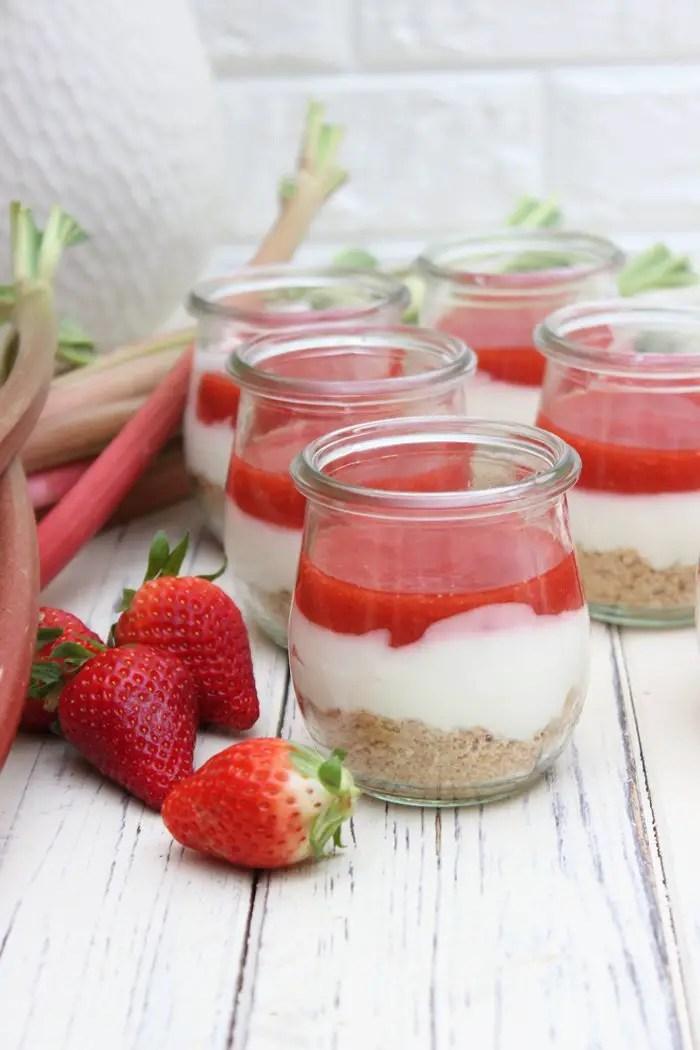 Rhabarber-Erdbeer Cheesecake im Glas