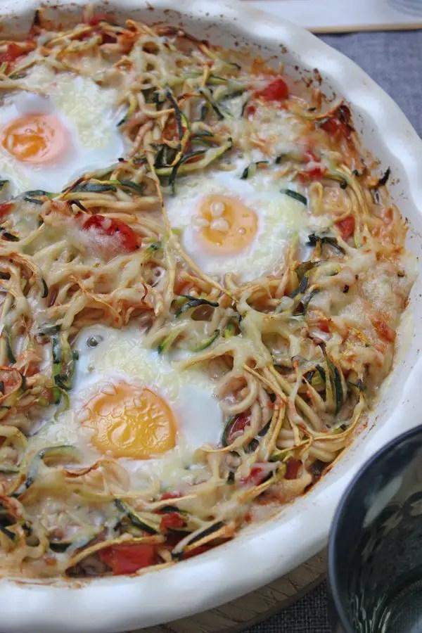 Low Carb Rezept: Zucchini-Zoodles in Tomatensauce und Spiegelei