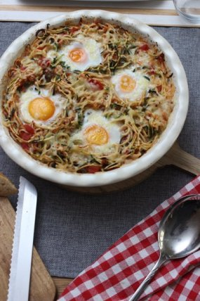 Low Carb - Zucchini-Zoodles in Tomatensauce und Spiegelei