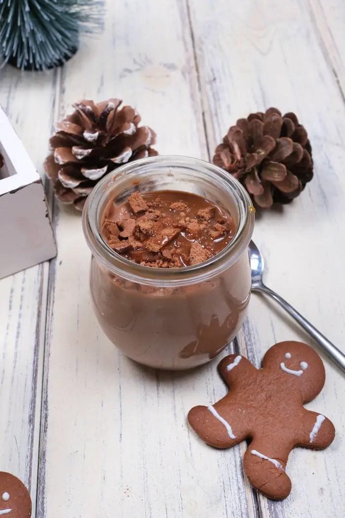 Tonkabohnen-Mousse-au-Chocolat mit Gingerbread und Karamellsoße