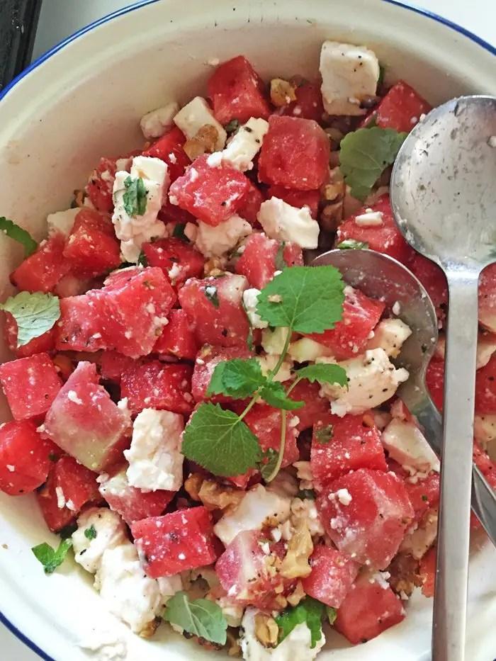 Wassermelonen-Feta-Minze-Walnuss Salat und Lowcarb-Croissant Broetchen