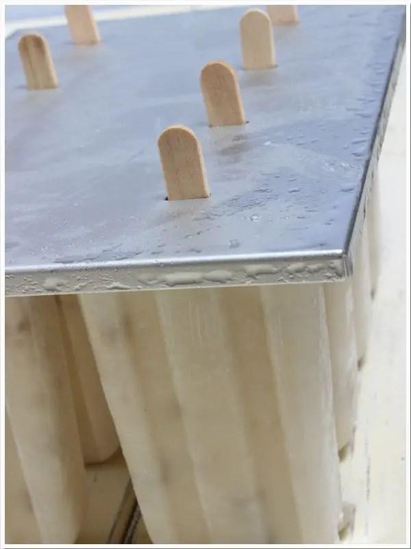 Mandel-Karamell-Eis am Stiel ohne Eismaschine