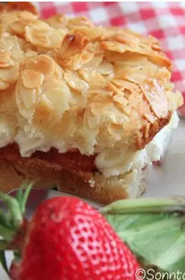 Rhabarber-Erdbeere Bienenstich Kuchen